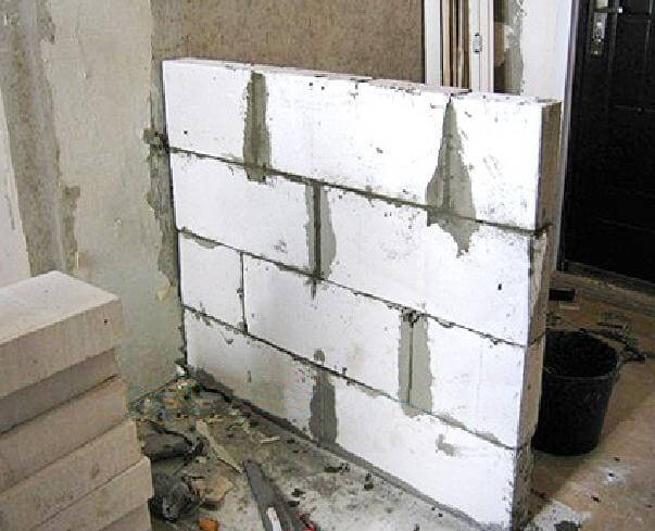 Возведение стены из пеноблоков